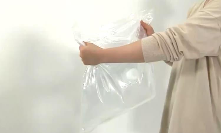ビニールの臭いがするという口コミがあるウォーターパックを持つ女性