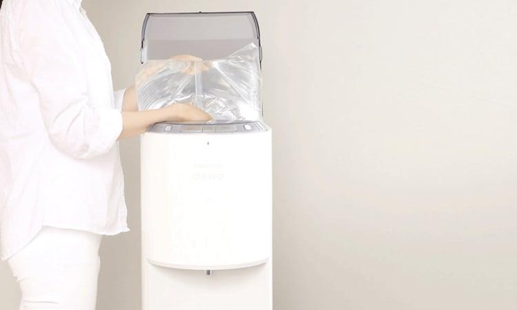 水漏れをするという口コミがあるウォーターパックをデュオにセットする女性