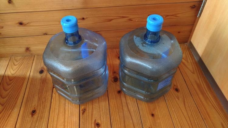 リターナブルボトルが玄関にた貯まる様子