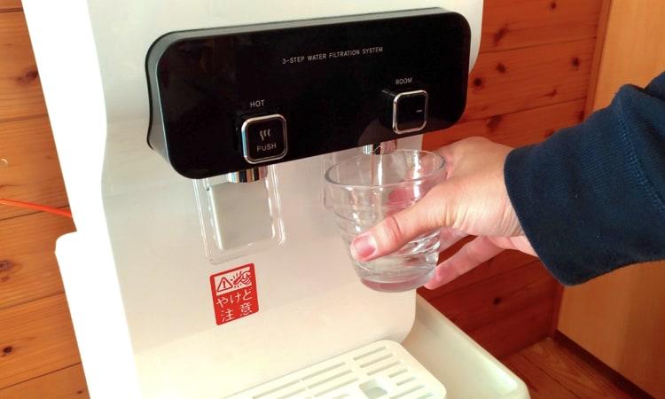 ウォータースタンドの冷水を使っている写真