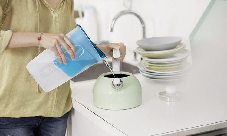 浄水を移し替えている場面