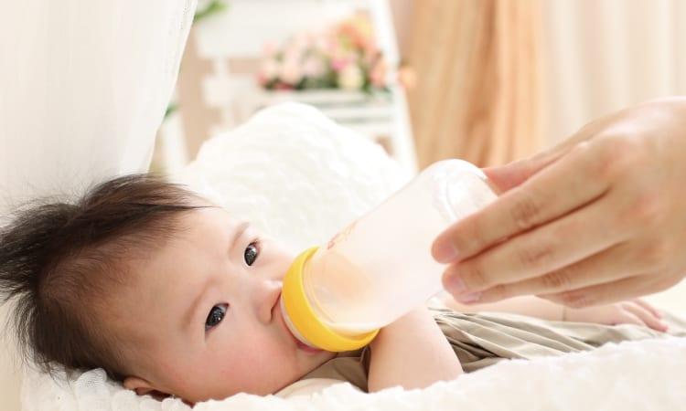 赤ちゃんにミルクをあげている写真