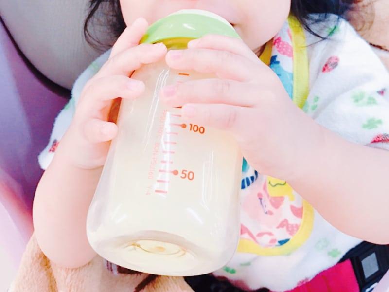 赤ちゃんがミルクを飲んでいる写真