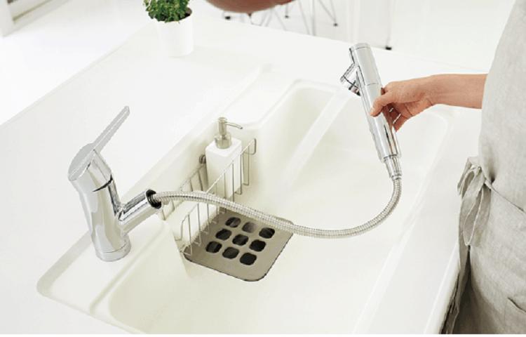 浄水器をハンドシャワーとして使っている画像