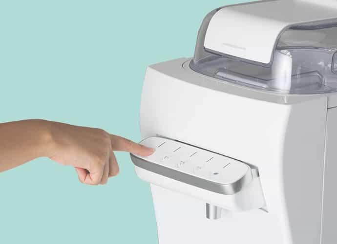 ハミングウォーターのボタンを押す様子