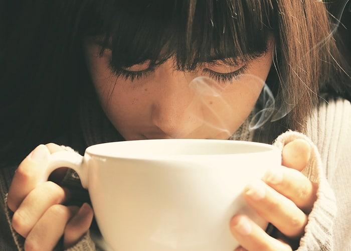 温かい白湯を飲んでいる