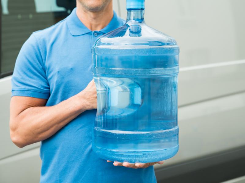 ウォーターサーバーの水を持つ男性