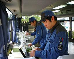 水質試験車内の写真