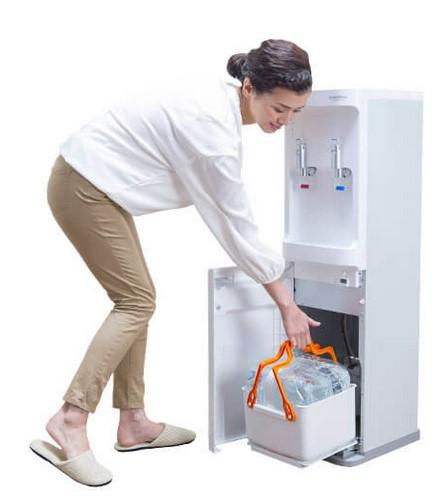 コスモウォーターには足元でボトルを交換できるサーバーがある