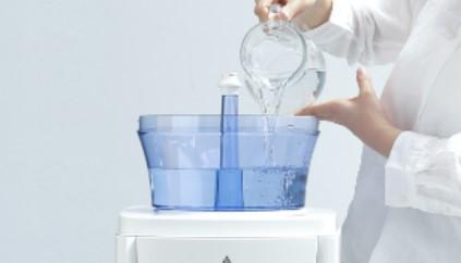 浄水タンクに水道水を注ぐ画像