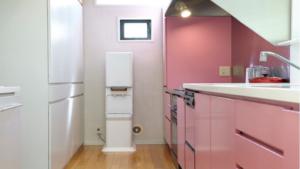 キッチンに置いたサントリーウォーターサーバーの本体